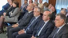 De izquierda a derecha: Magdalena Álvarez, los expresidentes Manuel Chaves, José Antonio Griñán y los exconsejeros Gaspar Zarrías y José Antonio Viera. Detrás, el exdirector de Trabajo Francisco Javier Guerrero.