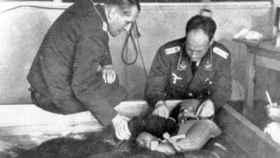 El cruel médico nazi Sigumund Rascher durante uno de sus experimentos.
