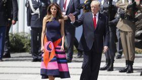 Melania Trump con un modelo de Delpozo.