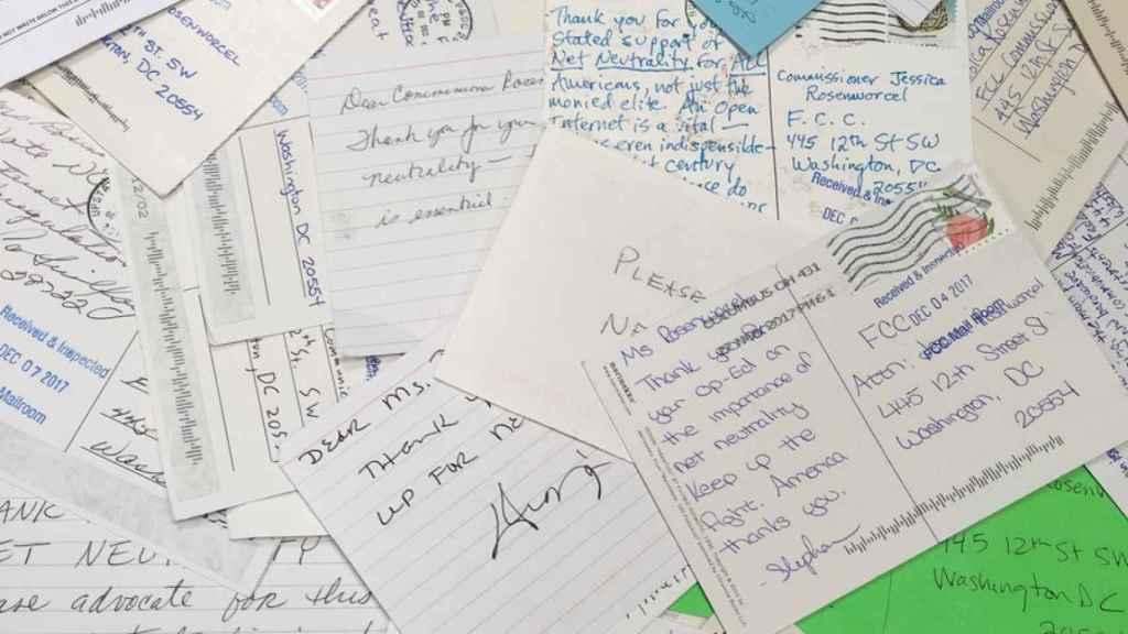Las cartas recibida por una de la comisionada que luchó por no derogar la neutralidad de la red.