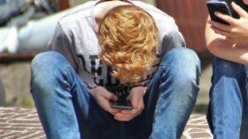 Menores con un móvil.