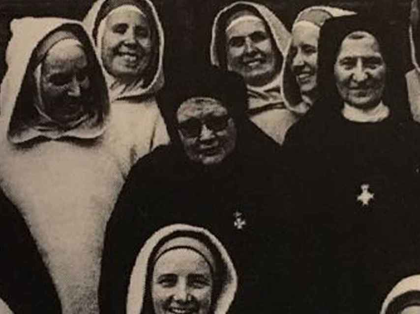 En primer plano, la hermana Pilar Sanjoaquín.