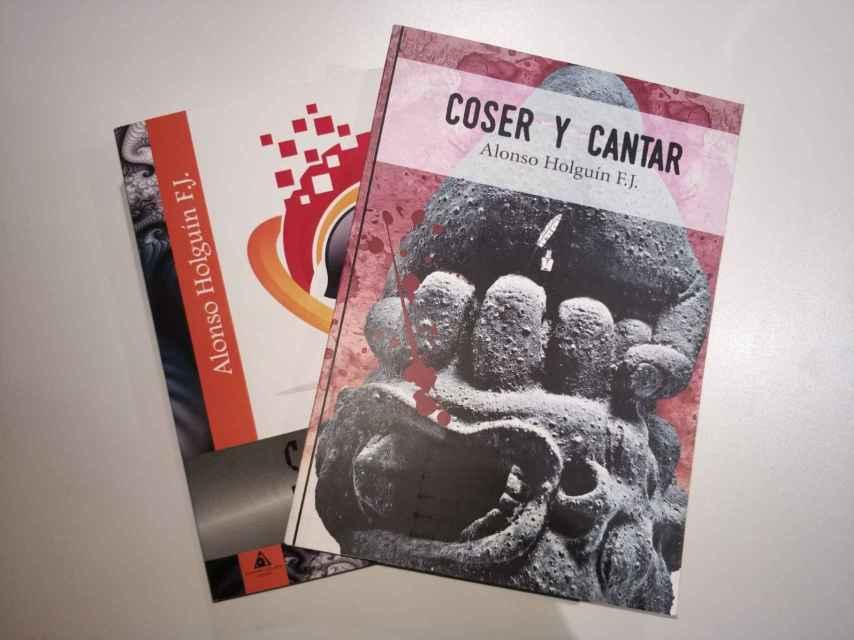 Dos de las novelas publicadas por Holguín.