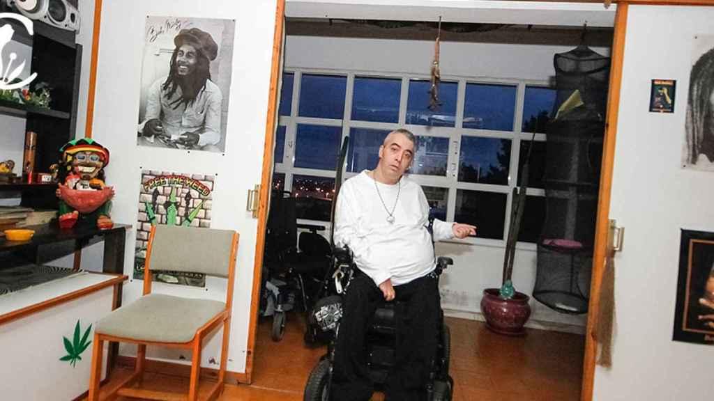 Juan Manuel lleva 27 años tetrapléjico. Fuma marihuana, dice, para paliar sus dolores.