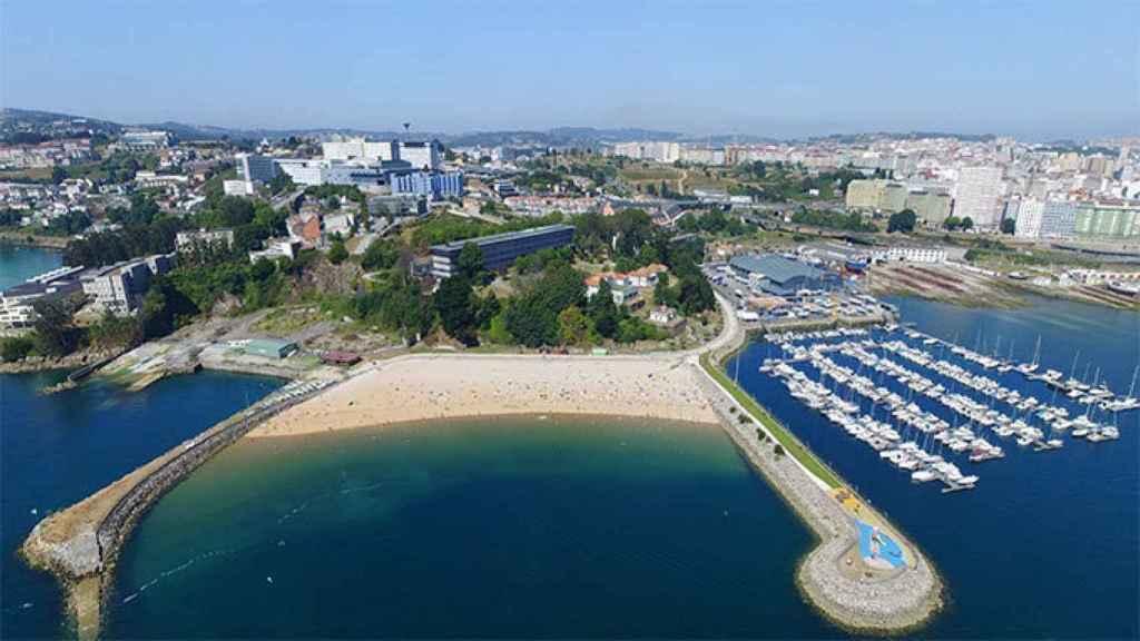 La playa de Oza y, a la izquierda, el reducto del antiguo arenal de Lazareto (A Coruña).