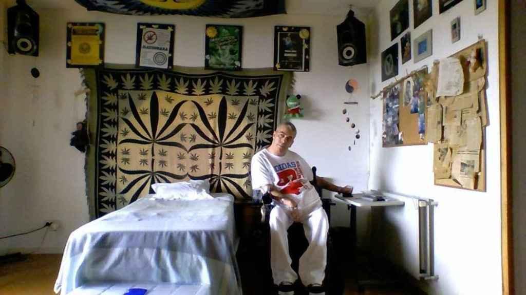 La habitación de Juan está decorada con toda clase de amuletos y pósters que hacen referencia a la marihuana y la cultura rastafari.