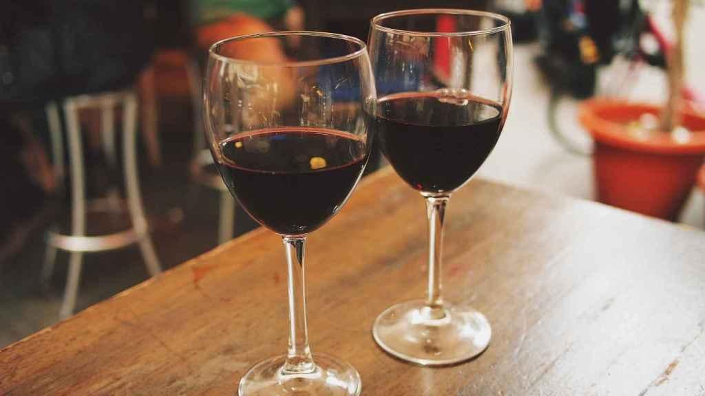 Una copa de vino tinto siempre sentará mejor que otras bebidas alcohólicas.