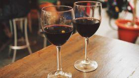 Dos copas de vino tinto dispuestas para ser bebidas.