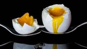Un huevo cocido partido por la mitad.