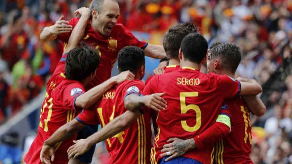 Iniesta celebra un gol con sus compañeros.