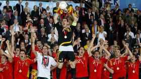 Iker Casillas levanta la Eurocopa en 2008.