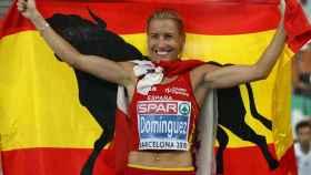 Marta Domínguez posa con la bandera de España.