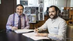 Pedro J. Ramírez, presidente y fundador de EL ESPAÑOL junto a Pablo Grandío, fundador y director de Vandal, en el momento de la firma del acuerdo.