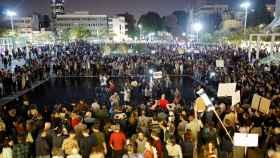 Numerosos activistas salen a la calle para protestar contra la corrupción política.