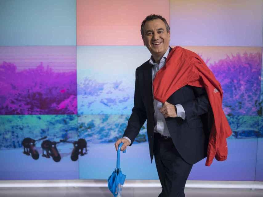 Brasero, con chubasquero y paraguas, en plató.