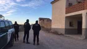 La Guardia Civil patrulla por la comarca sumida por el terror.