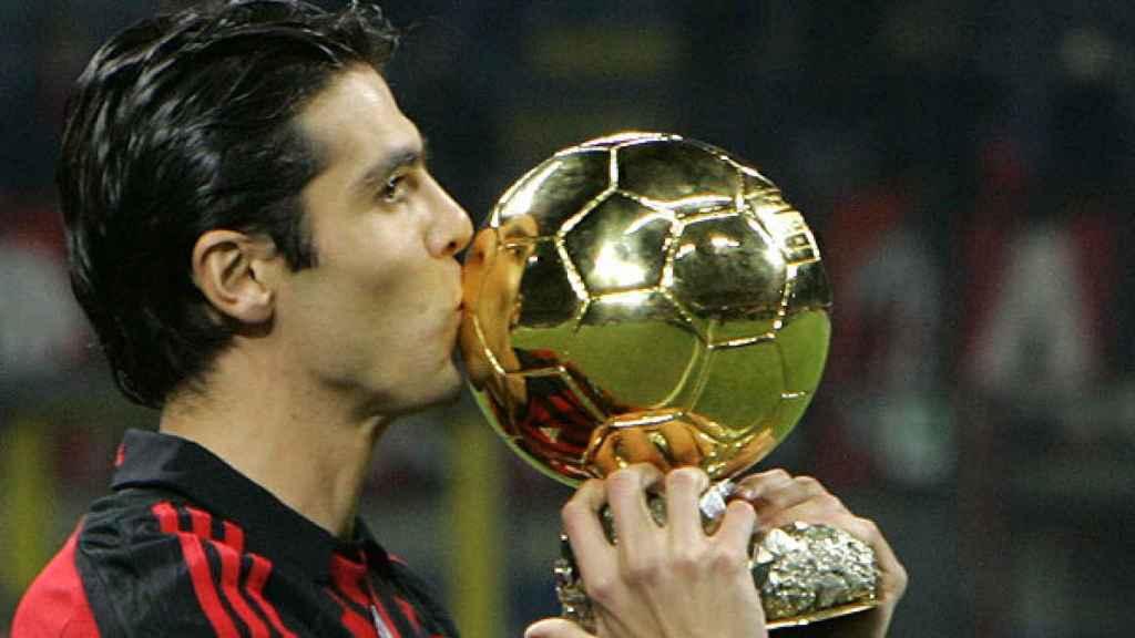 Kaká con el Balón de Oro conseguido en 2007.