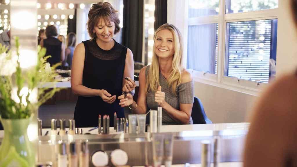 Gwyneth Paltrow, junto a sus productos.