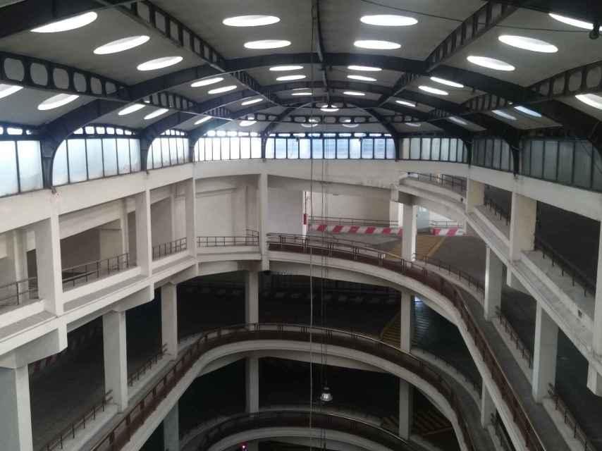La rampa del garaje vista desde la última planta.