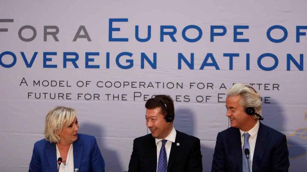 Marine Le Pen, Geert Wilders y el checo Tomio Okamura durante la reunión de la ultraderecha en Praga