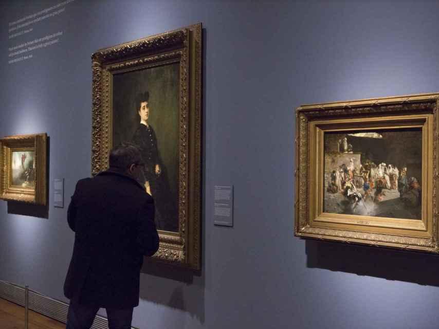 Un visitante en la exposición temporal de Fortuny, en el Museo del Prado.