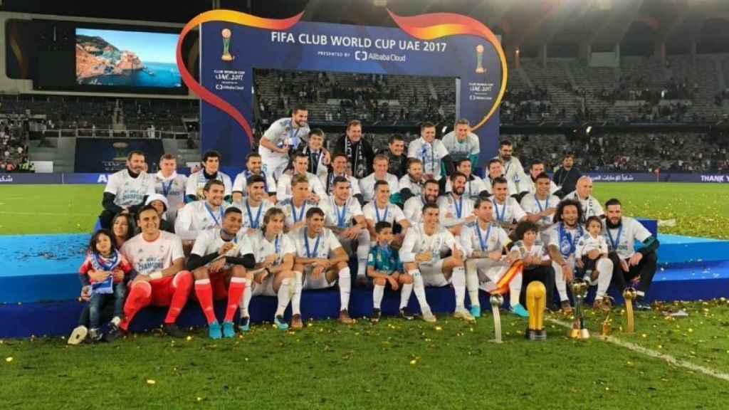 Los jugadores posan con los trofeos del Mundial de Clubes