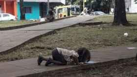 Imagen de una niña bebiendo de un charco en Argentina.