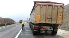 Un camión en el arcén en un tramo de la AP-7.