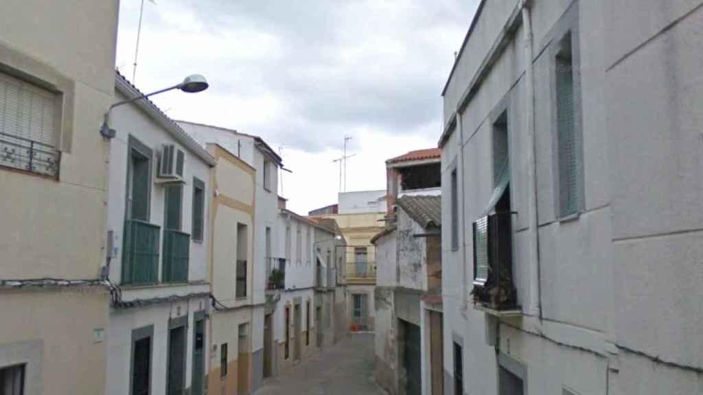 La calle de Arroyo de la Luz en la que vivían Santiago y Sofía.
