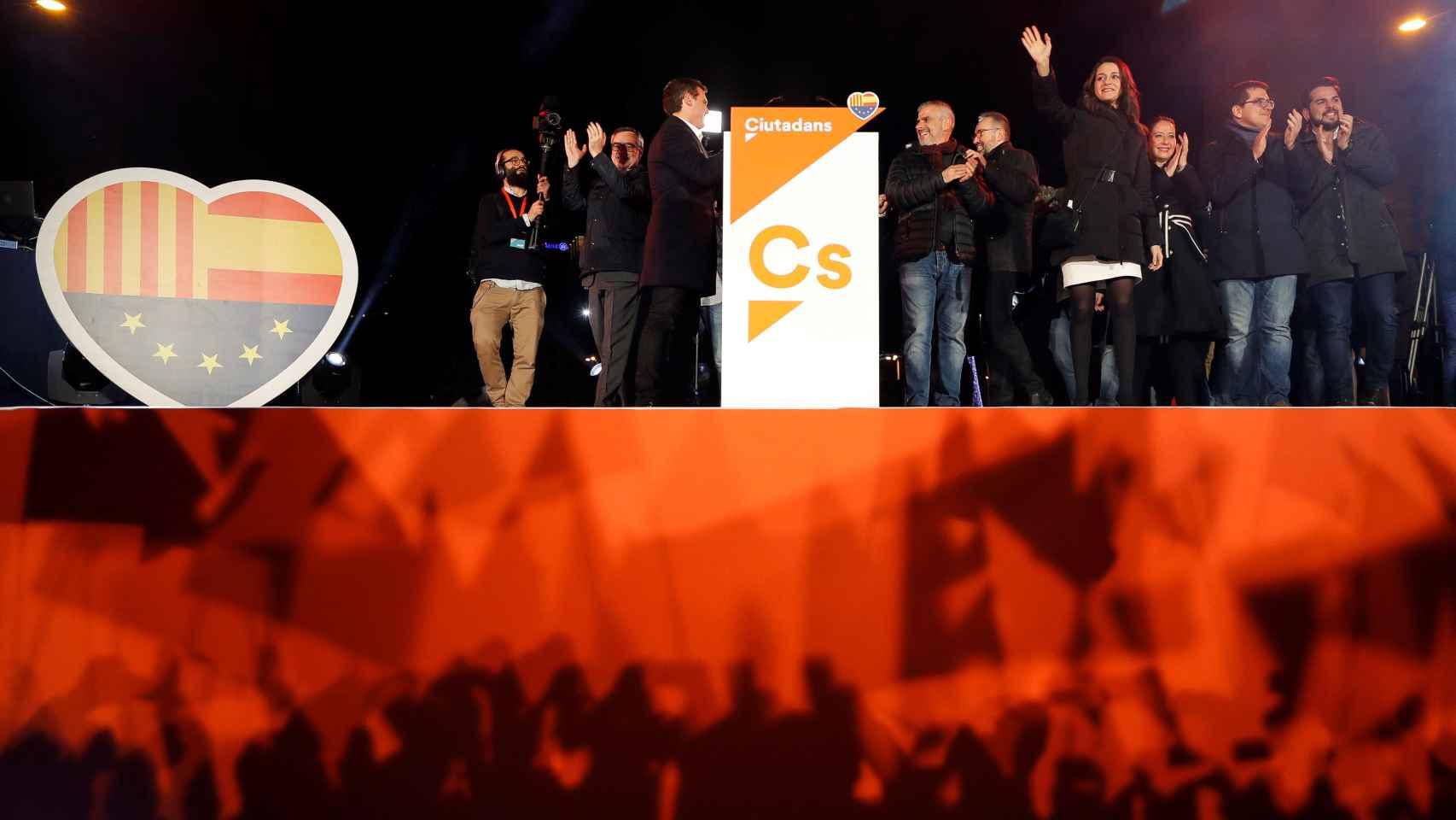Inés Arrimadas celebra la victoria con sus seguidores.