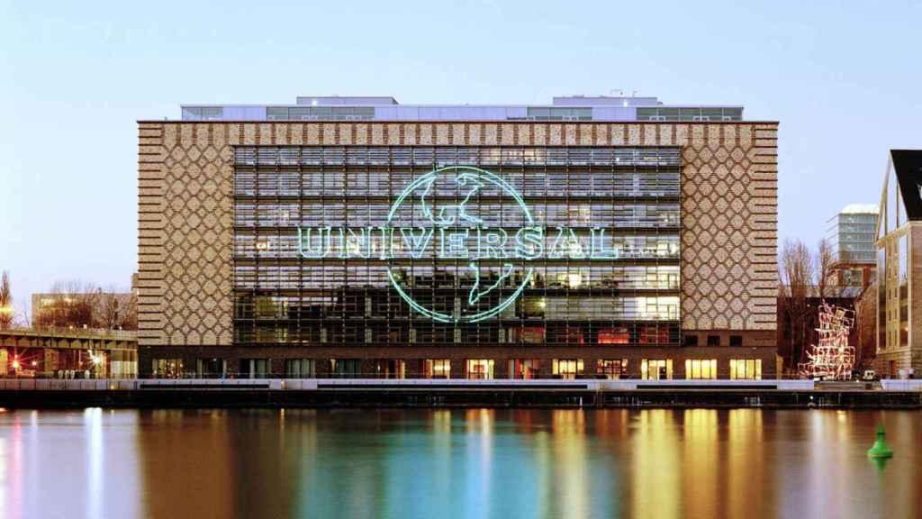 Edificio con el logotipo de Universal.
