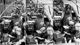 El general Heinz Guderian recibe información codificada a través de la máquina enigma.