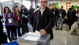 El exconseller Jordi Turull y numero cuatro por la lista de JxCat, vota en el colegio Lluis Piquer de Parets del Vallés. /Efe