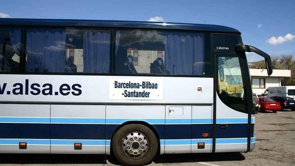 Imagen de un autobús de Alsa.