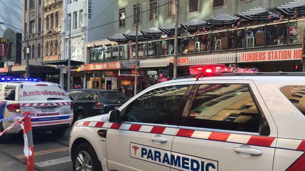Policía y servicios de emergencias acuden al lugar del atropello en Melbourne.