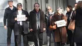 El líder de Catalunya Acció, Santiago Espot ( en el centro sujetando una mochila) ante la Audiencia Nacional.