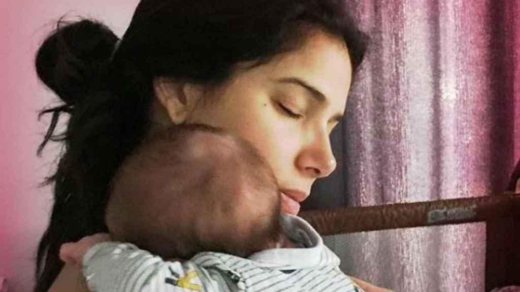 Roselyn  y su bebé.