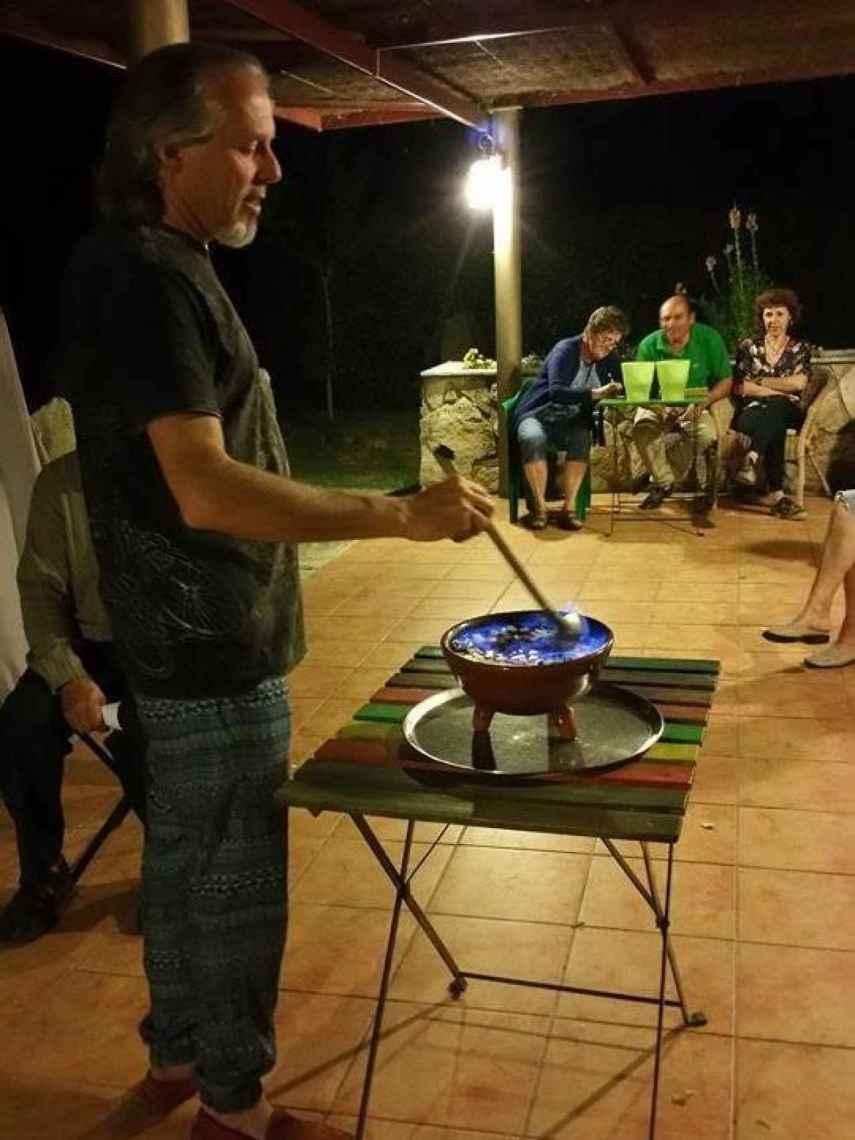 Antonio Acha, en una noche de San Juan, preparando una queimada como si fuera un druida de Ourense.