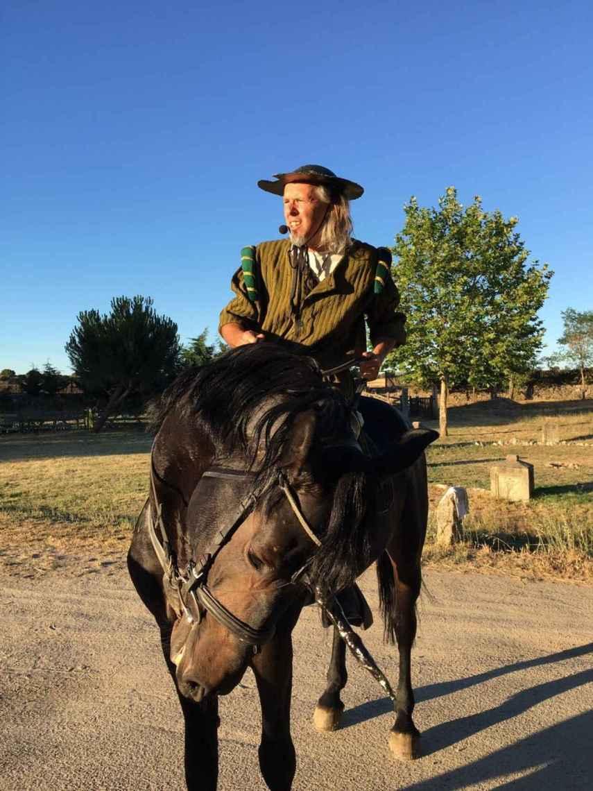Aquí, en una de sus excéntricas performance, disfrazado de Don Quijote sobre un caballo con cuerno de unicornio.