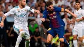 Sergio Ramos ante Messi en el Real Madrid - Barcelona de Supercopa de España.