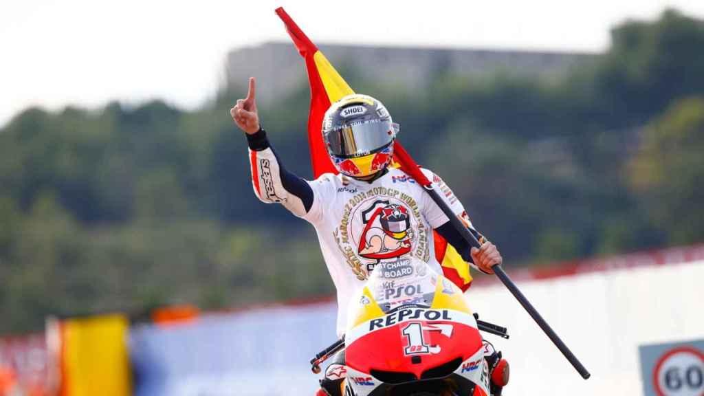 Marc Márquez celebra su título con la bandera de España.