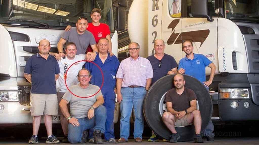 Jesús Martínez (agachado, con gafas), junto con sus compañeros de la empresa Comatra.