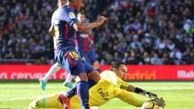 Paulinho intenta superar a Keylor Navas.