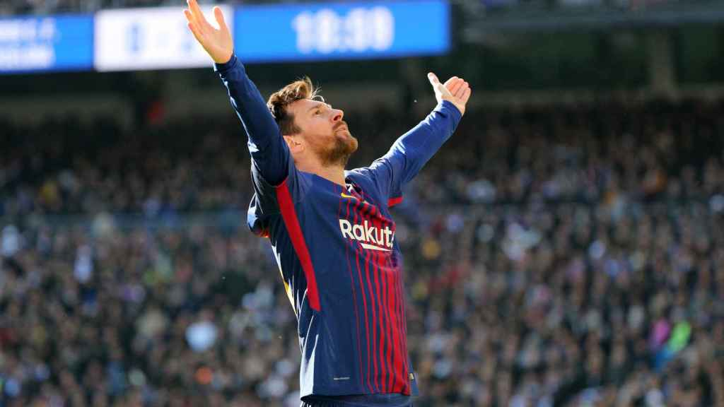 Messi celebra su gol mirando a la grada del Bernabéu.