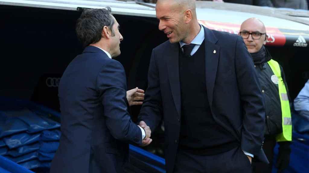Valverde y Zidane se saludan al inicio del Real Madrid - Barcelona.