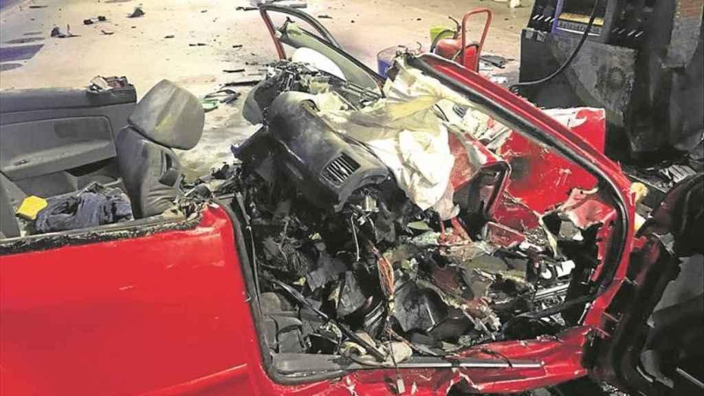 Así quedó el coche tras la embestida.