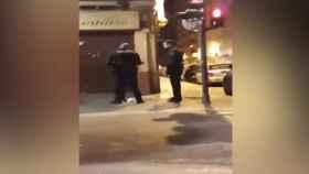 Captura de imagen del vídeo de la agresión policial.