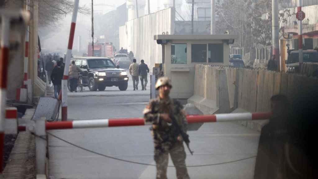 Las fuerzas afganas de seguridad inspeccionan la zona del atentado.
