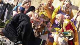 La activista de Femen intentando coger al niño.