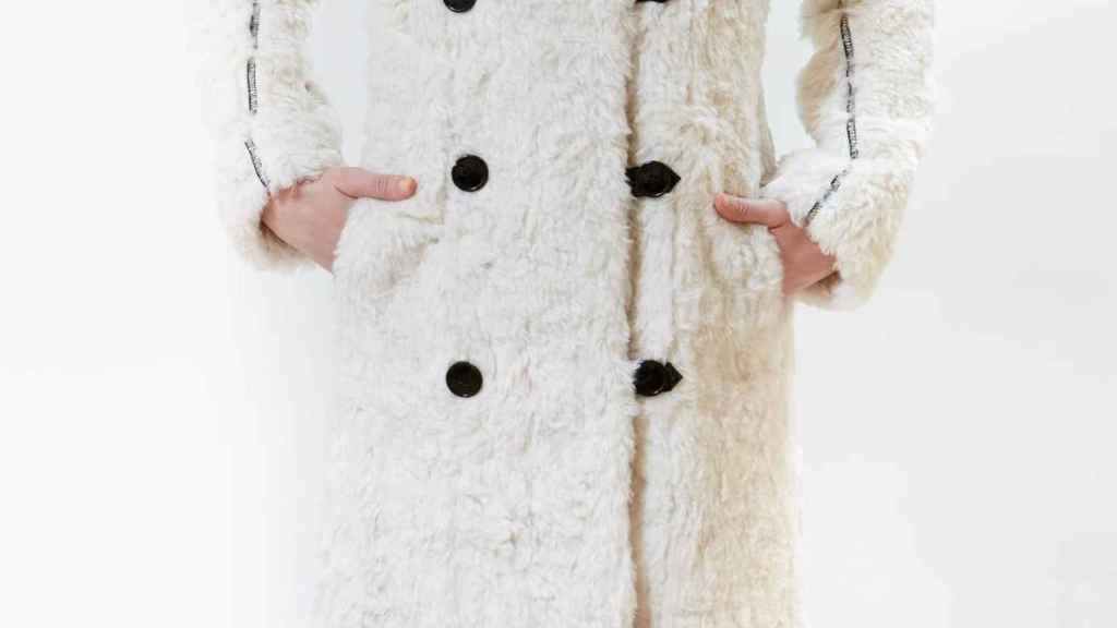Abrigo de Borrego que luce Gigi Hadid.